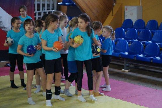Воспитанницы отделения гандбола спортивной школы № 13