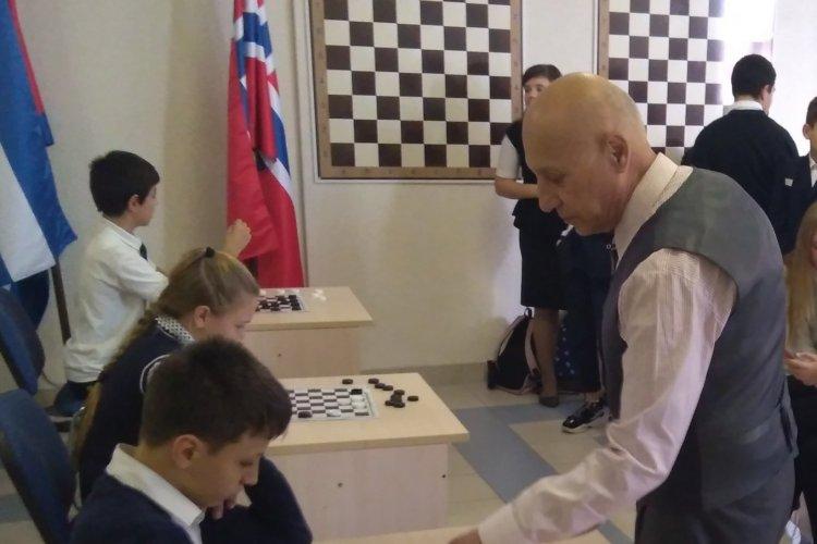 Международный гроссмейстер Николай Абациев проводит сеанс одновременной игры