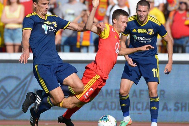 Авторы забитых мячей в ворота «Арсенала» Роман Еременко (слева) и Алексей Ионов (№ 11) против Даниила Лесового