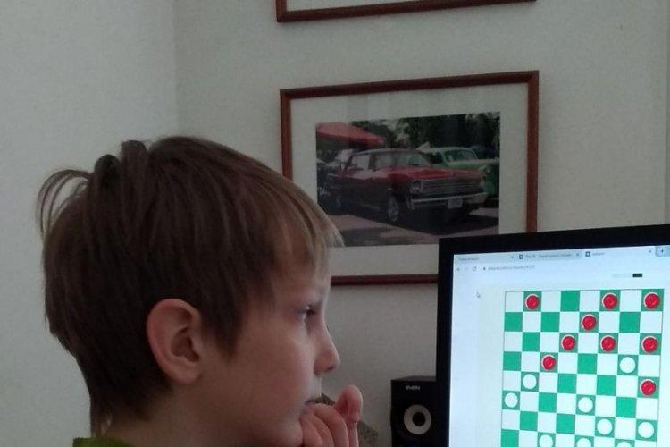Школьники играют в режиме онлайн