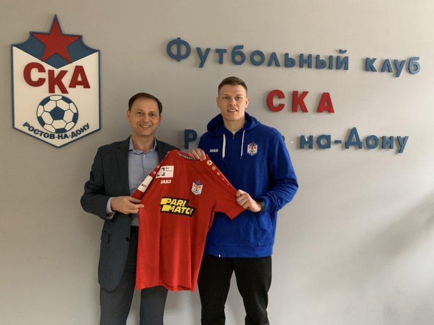 Одним из новобранцев СКА стал воспитанник ростовского футбола Иван Донсков (справа). Слева - генеральный директор клуба Сергей Городничук