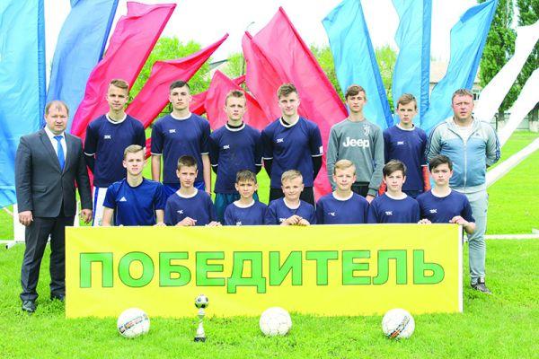 Детско-юношеские команды Чертковского района регулярно добиваются успехов на различных соревнованиях. Председатель федерации футбола Роман Лоскутов — крайний слева