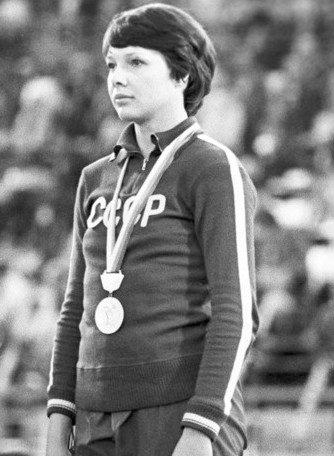 Ростовчанка Людмила Кондратьева на пьедестале Олимпиады-80 с выигранной золотой медалью