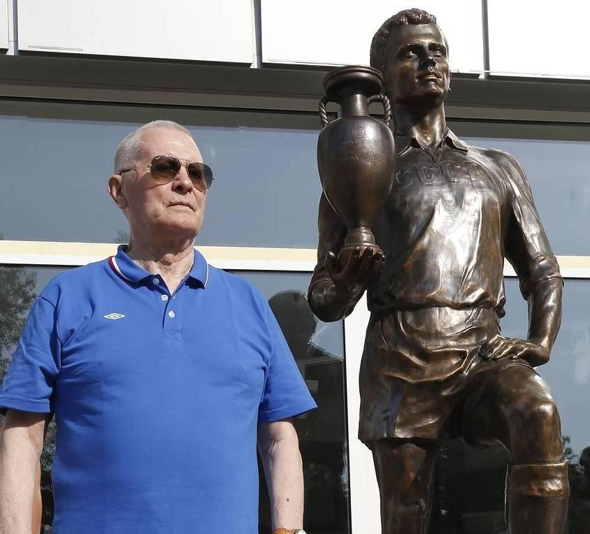 Виктор Понедельник в Ростове-на-Дону возле скульптуры «Футболист», прототипом которой он стал