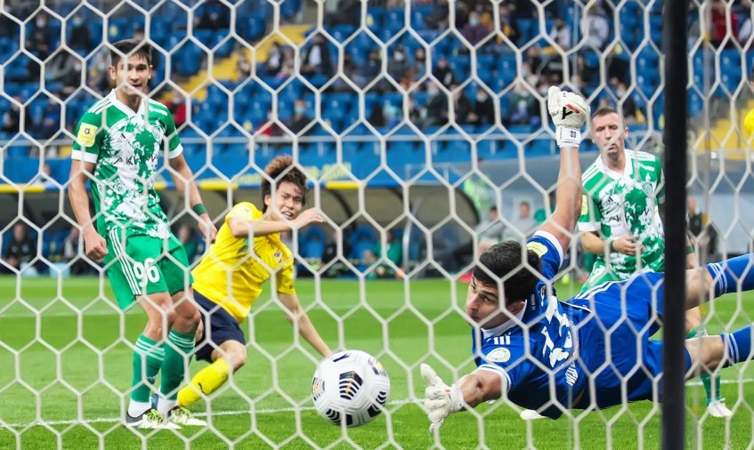 Ростовчанин Кенто Хашимото (второй слева) забивает первый мяч в ворота «Ахмата»