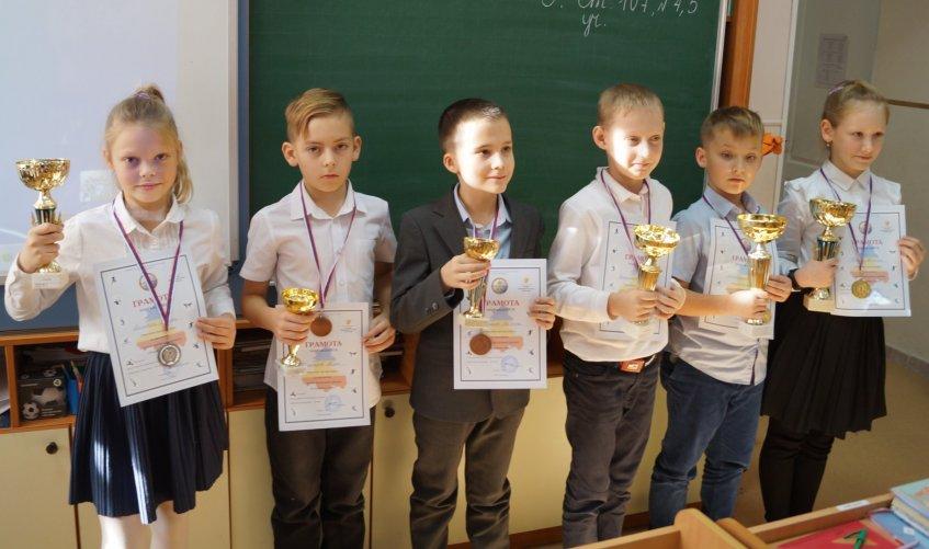 Школьники с призами турнира
