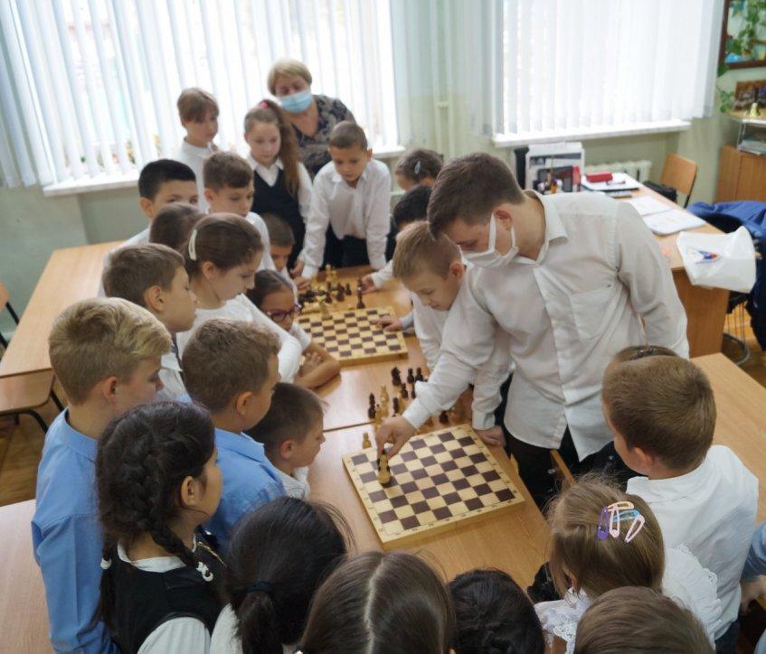 Школьники у шахматной доски