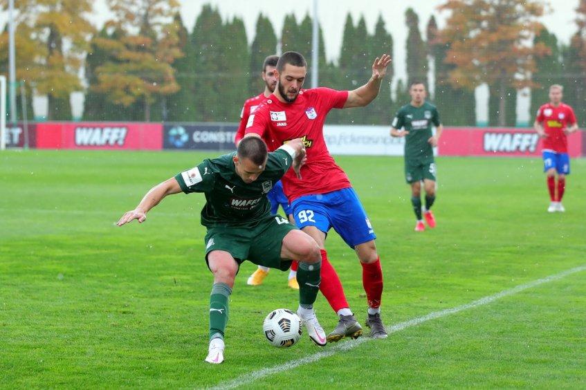 В борьбе за мяч автор второго мяча в ворота «Краснодара-3» Илья Кожухарь (№ 92)