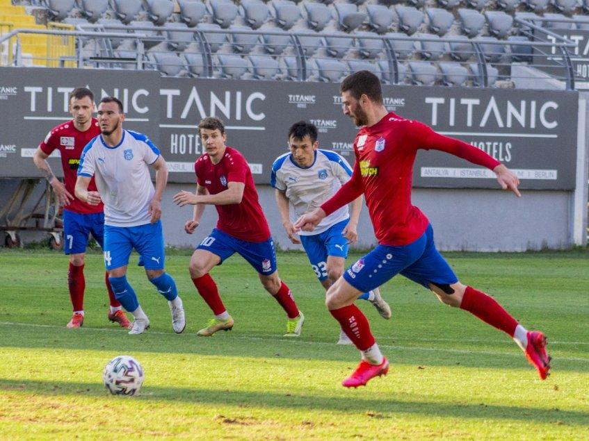 Нападающий СКА Георгий Гонгадзе забивает один из своих трех мячей в ворота «Тараза»