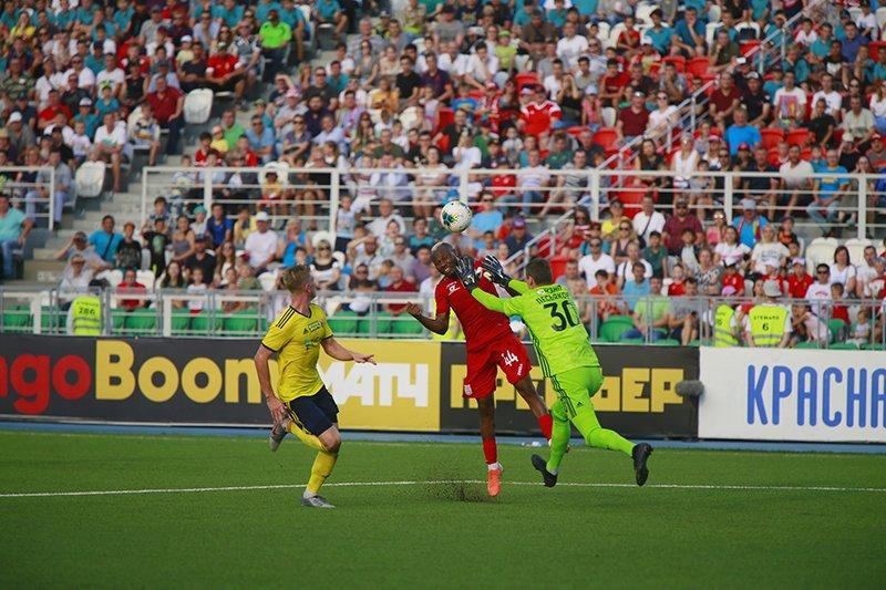 40-я минута. Сильвестр Игбун опережает Сергея Песьякова и отправляет мяч в опустевшие ворота «Ростова»