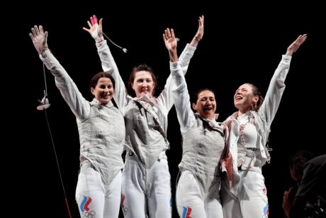 Лариса Корбейникова (вторая слева) стала олимпийской чемпионкой