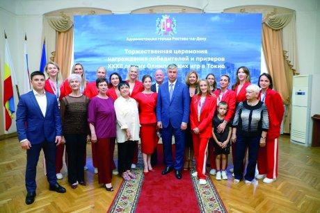 Призеры Олимпийских игр-2020 и их тренеры на чествовании в администрации Ростова-на-Дону