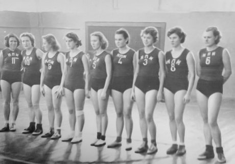 Алла Жилина (крайняя слева) в составе команды НПИ