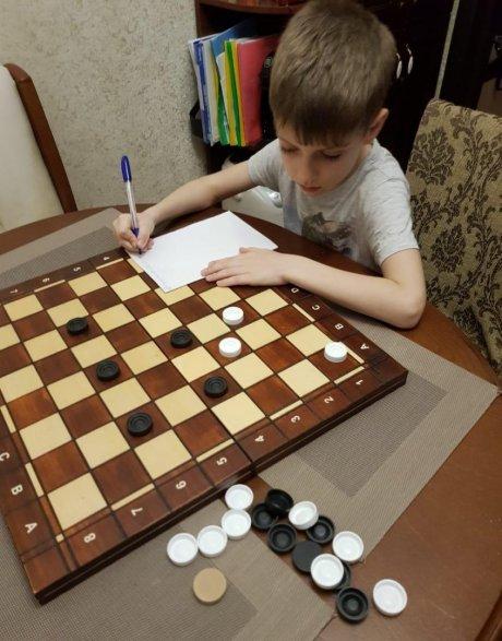 Школьники решают шашечные задачи в режиме онлайн