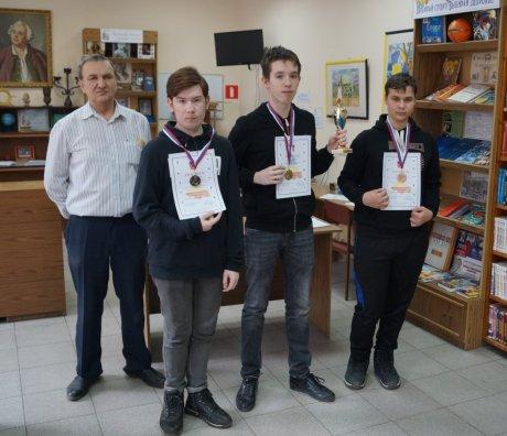 Призеры турнира и педагог Юрий Головков