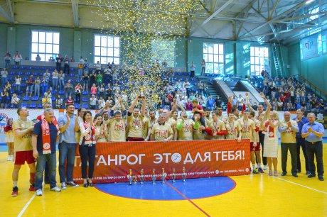 Команда «Таганрог-ЮФУ» с кубком и медалями чемпионов высшей лиги