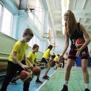 Школьники с интересом осваивали баскетбольные элементы под началом профессиональных игроков