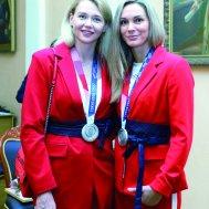 Гандболистки Ксения Макеева (слева) и Виктория Калинина с серебряными медалями Олимпиады