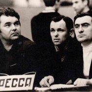 Евгений Серов (крайний справа) с футбольными звездами СКА 60-х годов Виктором Киктевым (крайний слева) и Олегом Копаевым