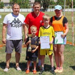 Одна из победительниц турнира семья Кривогузовых и председатель федерации футбола Чертковского района Роман Лоскутов