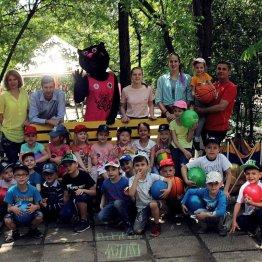 Воспитанники детсада «Ладушки» и их баскетбольные гости