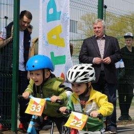 Юных участников спортивного фестиваля приветствовал губернатор Ростовской области Василий Голубев (на дальнем плане)
