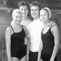1963 год. Зоя Шамарина (слева) со своим тренером Тамарой Николаевой (вторая справа)